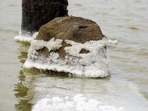 La sal establece en todo que cae en el agua del lago Imágenes de archivo libres de regalías