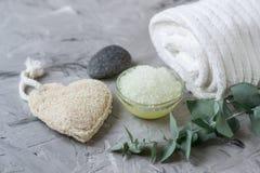 La sal hecha en casa del mar del cuerpo de los ingredientes naturales friega con el concepto Skincare de Olive Oil White Towel Be imágenes de archivo libres de regalías