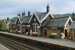 La sala ascendente de la plataforma, de la estación y de espera en la estación Settle establece - el ferrocarril de Carlisle fotos de archivo libres de regalías