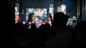 La sala da concerto di salto del rockband della palma della mano degli aumenti del pubblico felice del fondo del video di movimen video d archivio