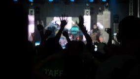 La sala da concerto di salto del rockband della palma della mano degli aumenti del pubblico felice del fondo del video di movimen stock footage