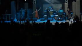 La sala da concerto di salto del rockband delle mani degli aumenti del pubblico degli esecutori del video di movimento lento prof video d archivio