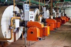 La sala de calderas vieja con la llama anaranjada imagen de archivo