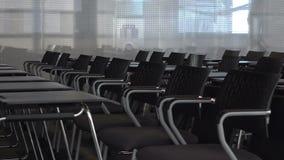 La sala de conferencias vacía espera a los participantes para entrar en el cuarto metrajes