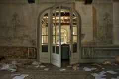La sala de estar abandonada de la mansión en Europa imagen de archivo libre de regalías