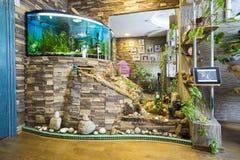 La sala de estar del apartamento con el acuario Imagenes de archivo