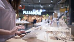 La sala de exposición del artilugio en la tienda de la electrónica, cliente utiliza la tableta moderna con la pantalla táctil almacen de metraje de vídeo
