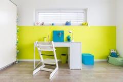 La sala de juegos de los niños con el escritorio fotos de archivo