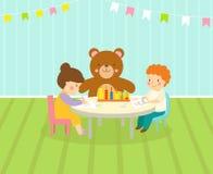 La sala de juegos de los niños con el patio ligero de la decoración de los muebles y los juguetes en el piso alfombran el adornam Foto de archivo libre de regalías