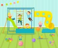 La sala de juegos de los niños con el patio ligero de la decoración de los muebles y los juguetes en el piso alfombran el adornam Imagen de archivo libre de regalías