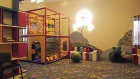 La sala de juegos de los niños con los juguetes educativos coloridos plásticos de los bloques metrajes