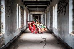 La sala de los niños abandonados espeluznantes Imágenes de archivo libres de regalías