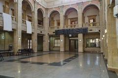 La sala di attesa con la pubblicità in bianco del tabellone per le affissioni nella vecchia stazione ferroviaria Fotografia Stock Libera da Diritti