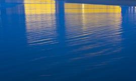La sala ha riflesso nell'acqua dove il festival cinematografico di San Sebastian è tenuto immagine stock libera da diritti