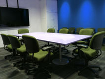 La sala riunioni vuota con la Tabella di conferenza e le sedie ergonomiche del tessuto usate come modello Fotografia Stock