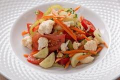 La salade à l'oignon de chou-fleur de tomate de poivre de carotte de légumes frais verdit image stock