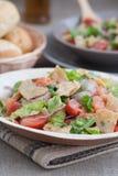 La salade arabe très savoureuse (Fattoush) a servi dans le plat en bambou de feuille image libre de droits