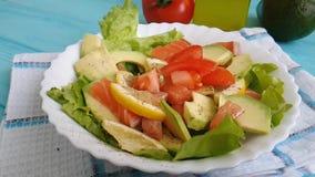 La salade avec l'avocat cru de poissons rouges huile la tomate de nutrition clips vidéos