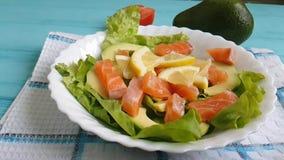 La salade avec l'avocat rouge de poissons huile le citron de nutrition clips vidéos