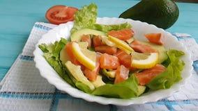La salade avec le citron cru d'avocat de poissons rouges huile la tomate de nutrition clips vidéos