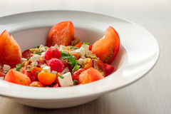 La salade colorée de Grec de tomate d'héritage photographie stock libre de droits