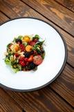 La salade d'été avec la masse d'écrou et les baies saisonnières ont sélectionné le foyer Image stock