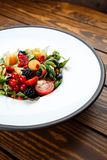 La salade d'été avec la masse d'écrou et les baies saisonnières ont sélectionné le foyer Photos stock