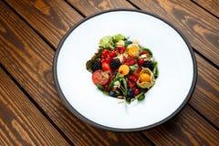 La salade d'été avec la masse d'écrou et les baies saisonnières ont sélectionné le foyer Photo libre de droits