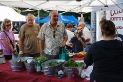 La salade d'achat d'aînés verdit le marché de fermiers Photos stock