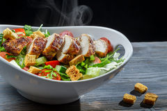 La salade de C?sar a effectu? ? ??with les ingr?dients frais Image libre de droits
