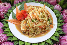 La salade de papaye est dans un plat blanc images stock