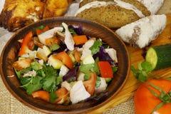 La salade de poulet saine avec des tomates, le chou, les pommes et le poivron rouge dans un argile roulent Légumes crus photographie stock libre de droits