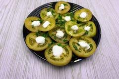 La salade de ruban de courgette avec des tomates, des arachides rôties, des anneaux d'oignon rouge et des verts a servi d'un plat photographie stock