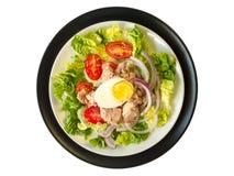 La salade de thon des plats blancs et noirs complètent le wiew Image libre de droits