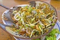 La salade effectuent avec le crabe en fer à cheval et le mamgo image stock