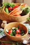 La salade fraîche avec des concombres et des tomates a sélectionné du jardin de ferme photo stock