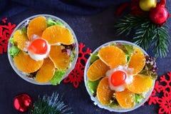 La salade fraîche avec le poulet, banane, fromage, salade part, habillage de yaourt photographie stock libre de droits