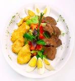La salade fraîche avec des légumes, chiken et foie Images libres de droits