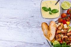 La salade grecque savoureuse du plat s'est étendue sur la table, plat national grec image stock