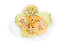 La salade mixte avec la rectification blanche a servi assez d'une grande plaque image libre de droits