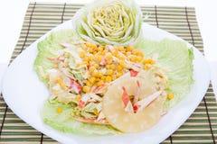 La salade mixte avec la rectification blanche a servi assez d'une grande plaque images libres de droits