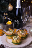 La salade russe traditionnelle Olivier sur Noël a préparé la table Images stock