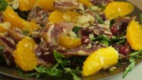 La salade sur la base de la laitue part avec les tranches oranges fraîches, avec des canneberges, canard mariné en français, arro banque de vidéos