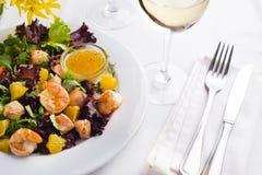 La salade tropicale avec les crevettes roses, la laitue, les oranges et la mangue a servi d'un plat avec de la sauce à moutarde o Photos stock