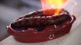 La salchicha asada se preparó en pote de arcilla especial con el alcohol, Portugal almacen de metraje de vídeo