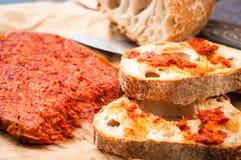 La salchicha calabresa de Nduja del italiano picante sirvió con vagos caseros rústicos Imagen de archivo libre de regalías
