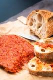 La salchicha calabresa de Nduja del italiano picante sirvió con vagos caseros rústicos fotos de archivo