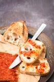 La salchicha calabresa de Nduja del italiano picante sirvió con vagos caseros rústicos foto de archivo