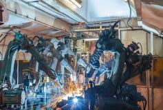 La saldatura del robot in una fabbrica dei ricambi auto Fotografie Stock