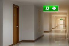 La salida de emergencia verde del ‹de The†firma en el hotel que muestra la manera de escaparse imagen de archivo libre de regalías